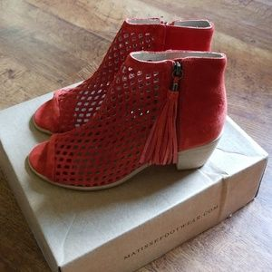 NIB Matisse Cut out Tassle Peep toe Bootie 9